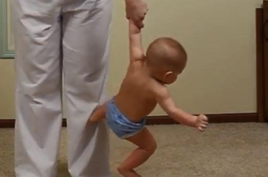 Вис за одну руку - детская гимнастика