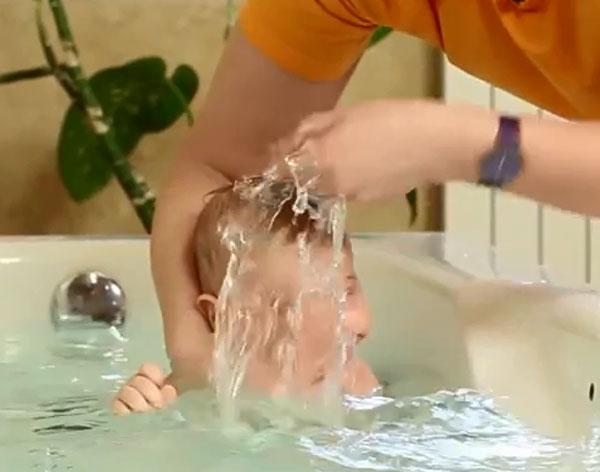 Погружение и омывание ребенка