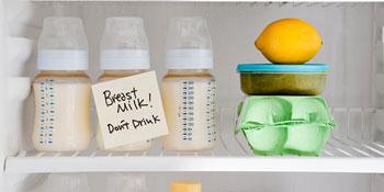 Сцеженное молоко в холодильнике