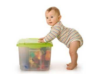 Ребенок с игрушками 11 месяцев