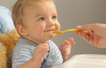 Ребенок 6 месяцев ест