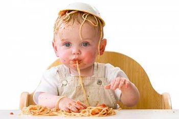 Ребенок 8 месяцев ест