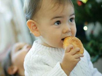 Ребенок 10 месяцев ест
