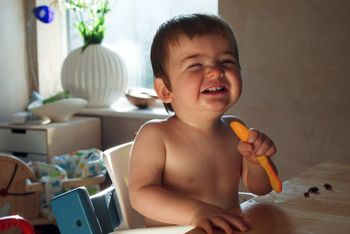Ребенок 11 месяцев ест