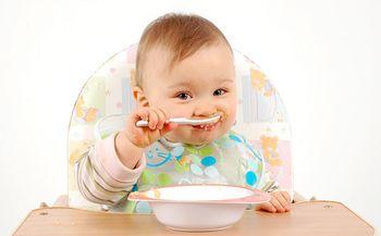 Ребенок 12 месяцев ест