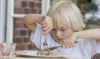 Ребенок ест левой рукой