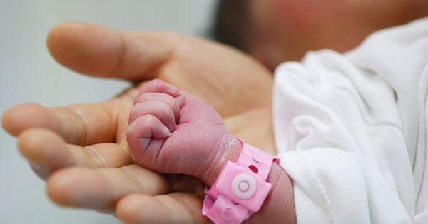 Браслетик на запястье новорожденного