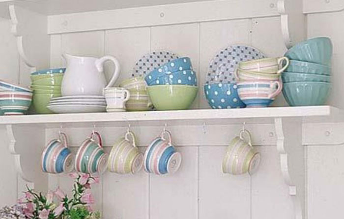 Кухонная посуда на полке