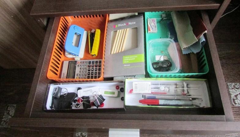 Канцелярские принадлежности в ящике стола