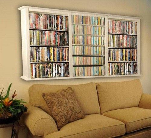 Хранение дисков на полке над диваном