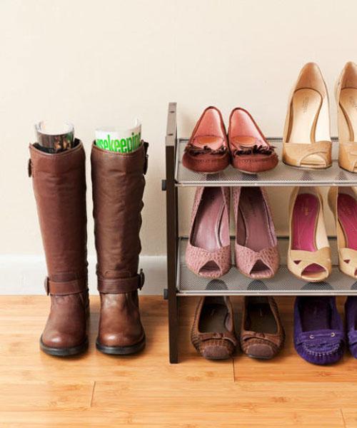 Обувь на полках в прихожей