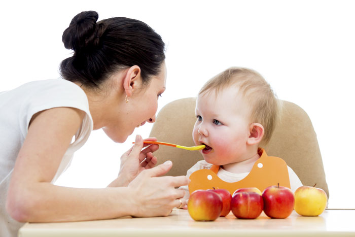 Ребенка кормит мама