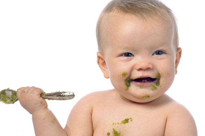 Ребенок сам кушает