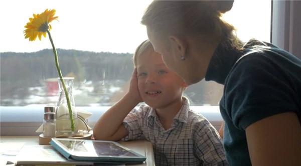 Ребенок играет в планшет в поезде