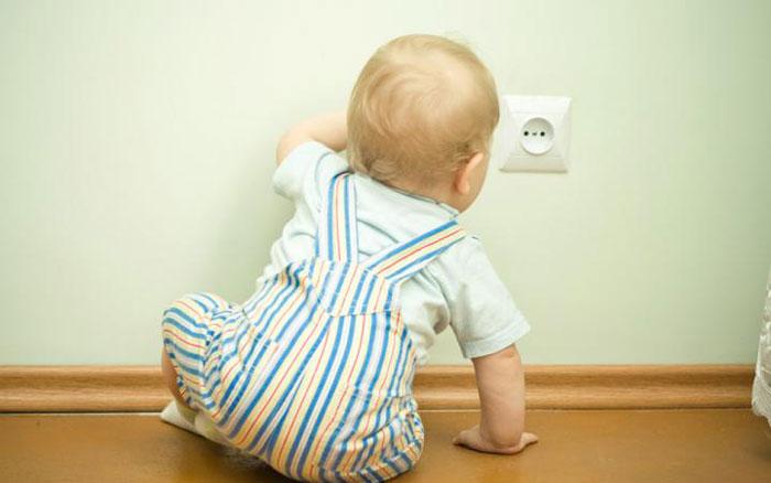 Ребенок лезет к розетке