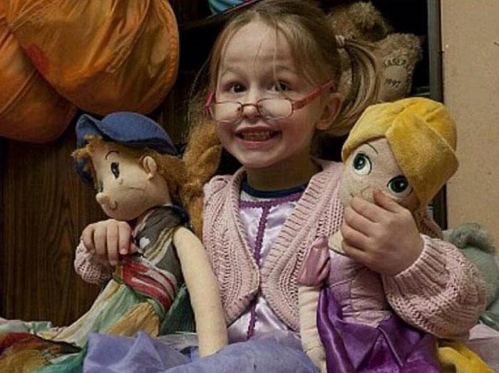 Девочка 5 лет с куклами