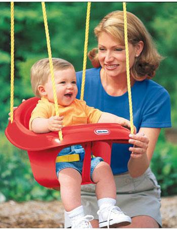 Мама с ребенком на качелях