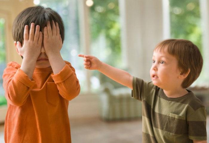Ребенок общается со сверстником