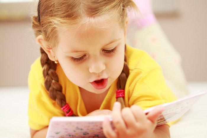 Ребенок читает стихи
