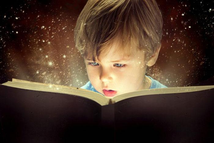 Ребенок читает сказки