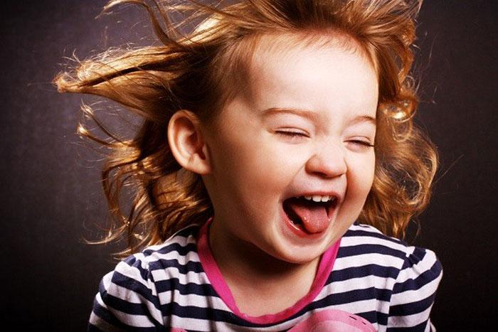 Девочка смеется