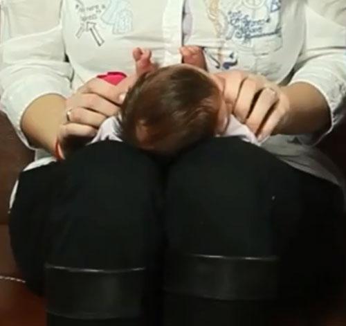 Ребенок на коленях