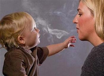 Курящая мать и ребенок