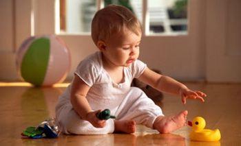 Ребенок 12 месяцев в детской комнате