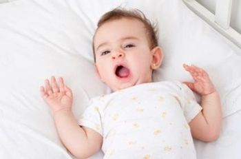 Ребенок 5 месяцев зевает