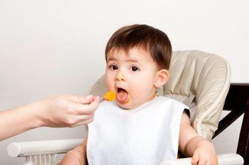Ребенок 9 месяцев кушает