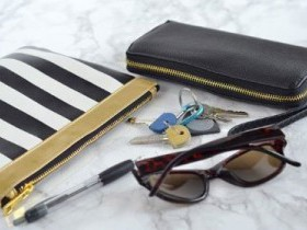 Женская сумочка и ее содержимое