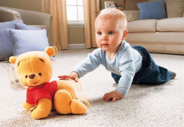 Ребенок ползает дома с игрушкой