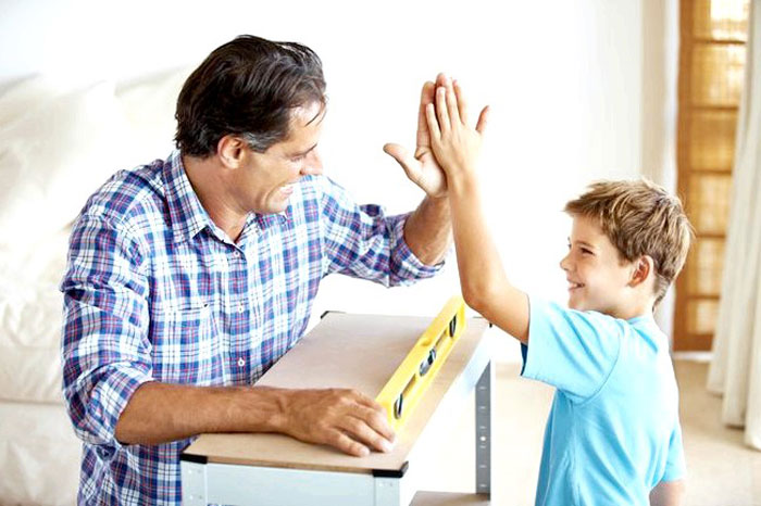 Отец учит сына ремеслу