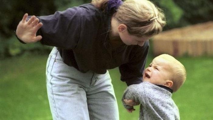 Мама шлепает ребенка