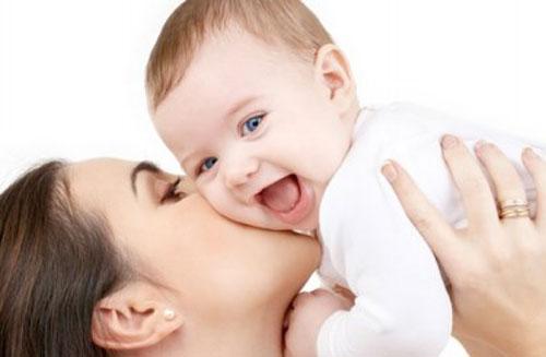 Ребенок с мамой на руках